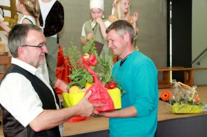 SGV-Vorstand Steffen Weiß dankt Herbert Bura für seine Arbeit