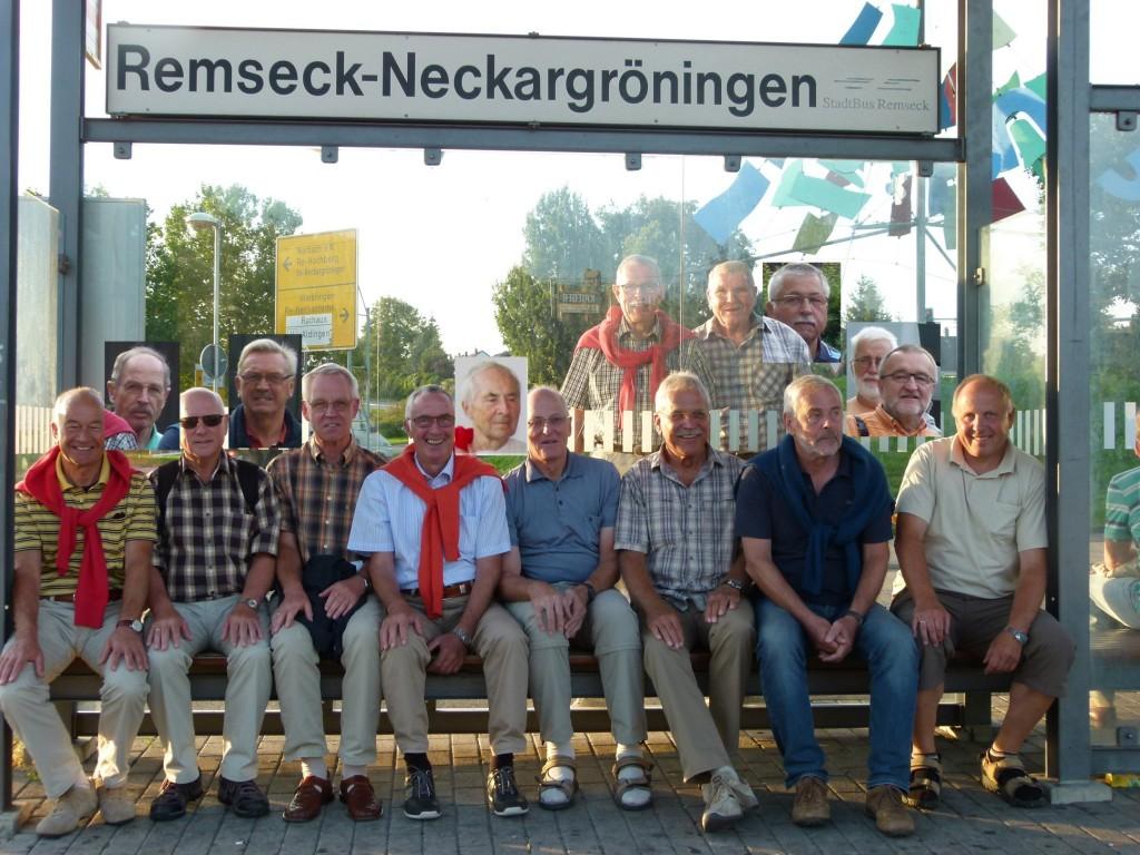 10 Jedermänner an der U-Bahn-Haltestelle in N'gröningen. 6 Jedermänner wurden eingefügt.